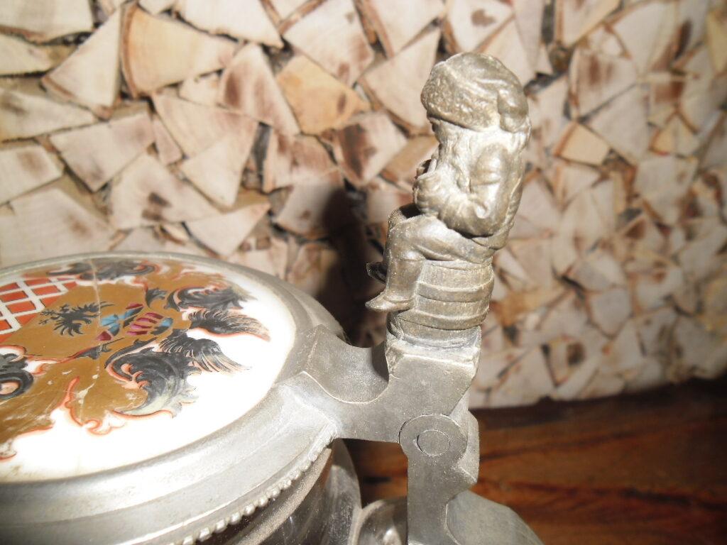 Пивная кружка с металлической крышкой и фигуркой. 19 век.
