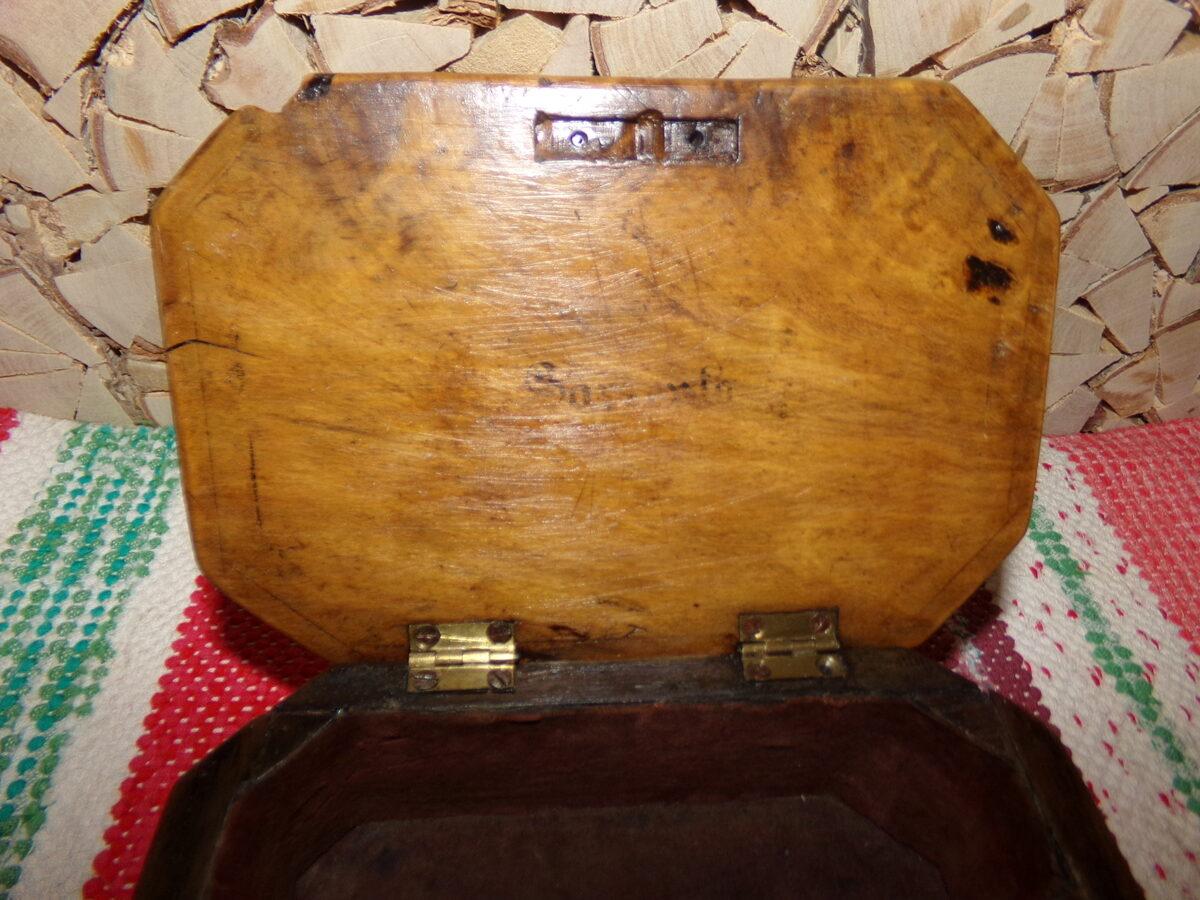 Старинная деревянная шкатулка с мозаичным узором. 19 век.