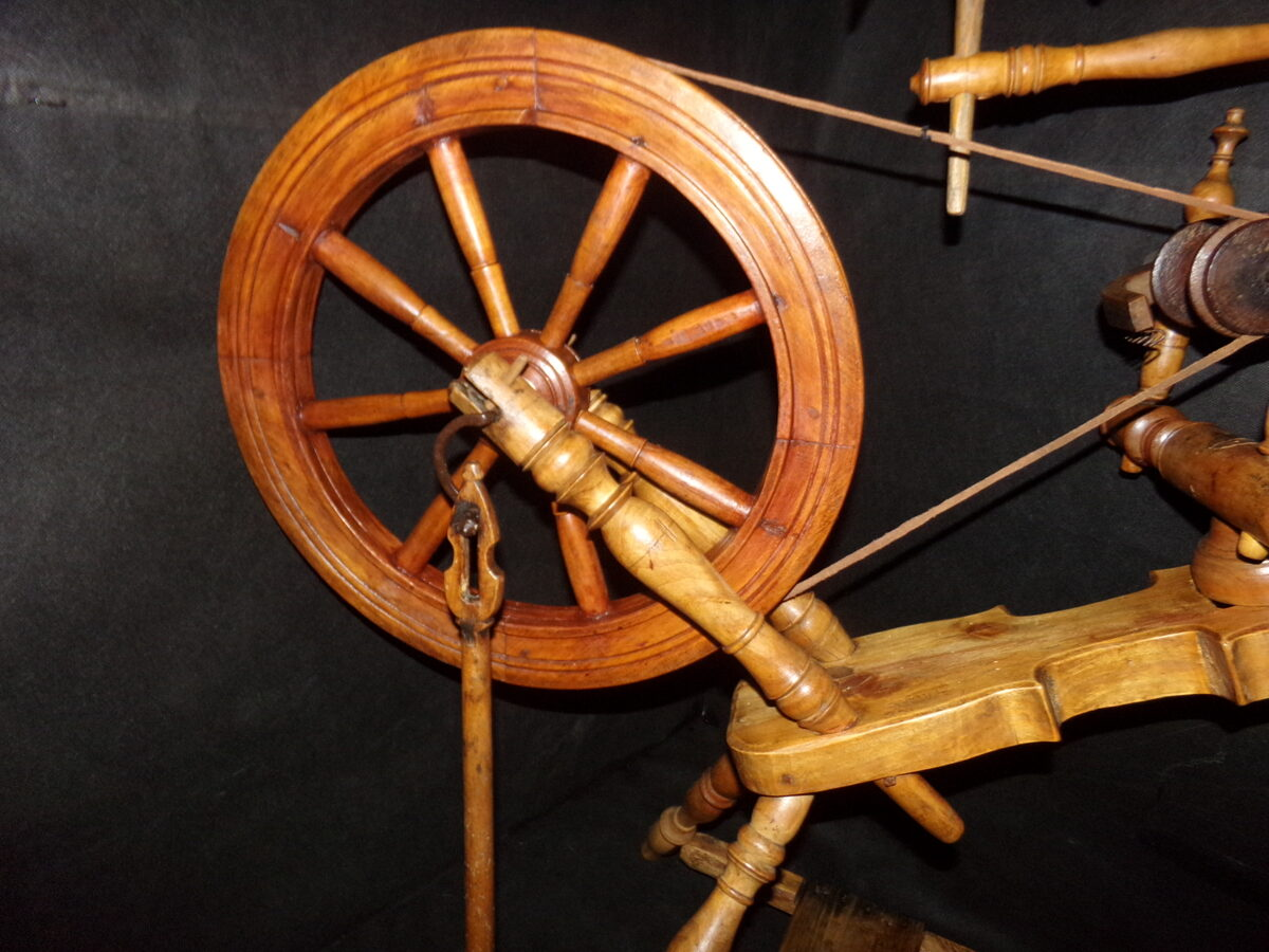 Vērpjamais ratinš vijoles formā.