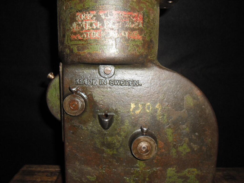 Ручной сепаратор на скамейке.