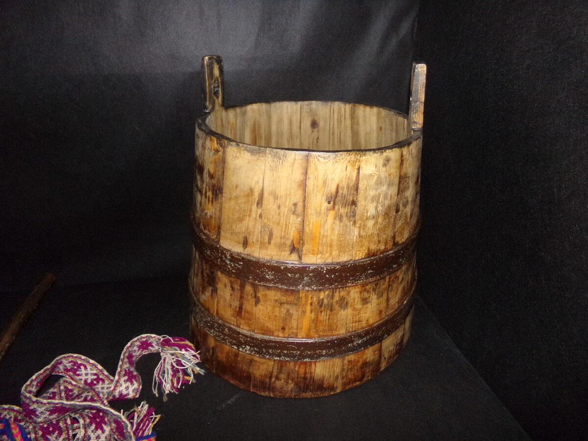 Кадушка с деревянным засовом.