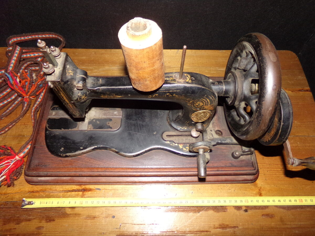 Настольная швейная машина Зингер.