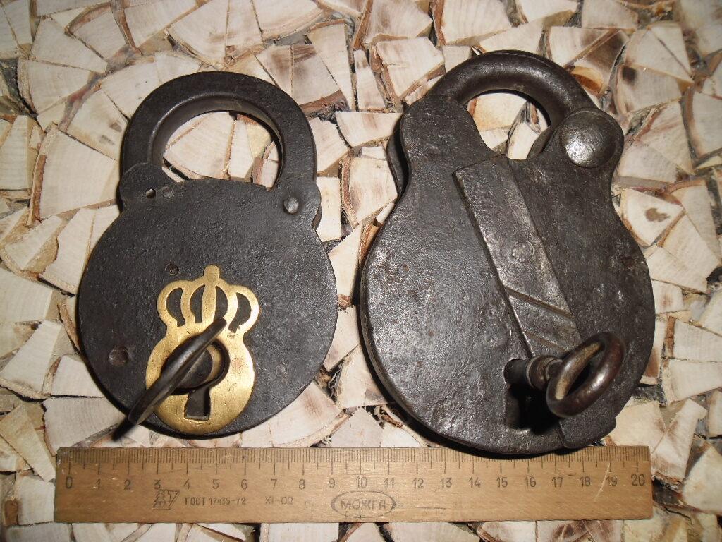 Два старинных кованных замка с ключами.