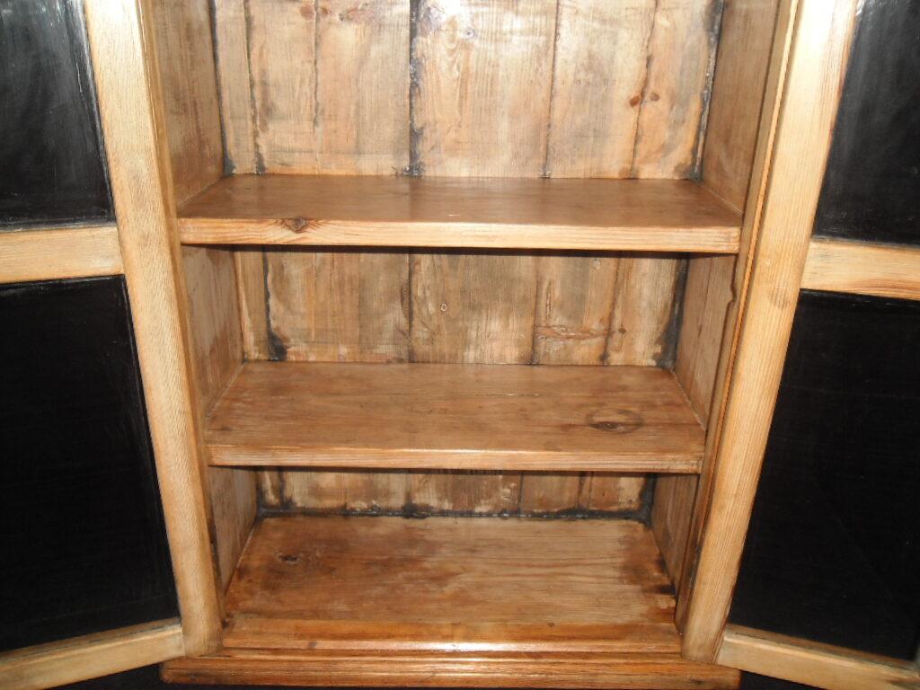 Настенный шкаф для посуды.