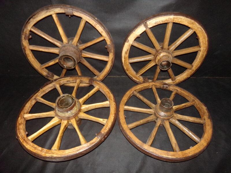 Комплект из четырех колес диаметром 60 см.
