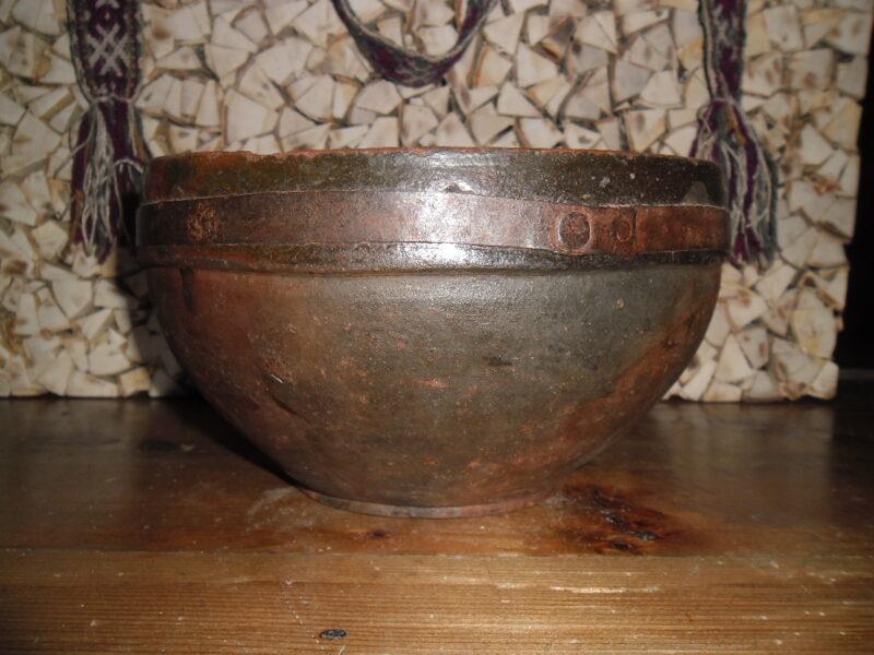 №12. Миска из глины с металлическим обручем.