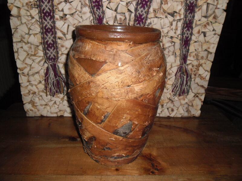 №3. Глиняный горшок с обмоткой из березовой коры и ткани.