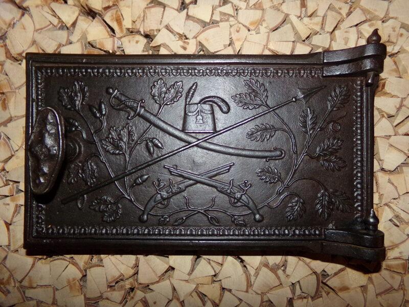 Nr 3. Krāsns durvis ar ieroču attēlu.