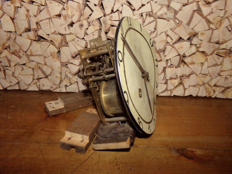 Старинный часовой механизм с циферблатом.