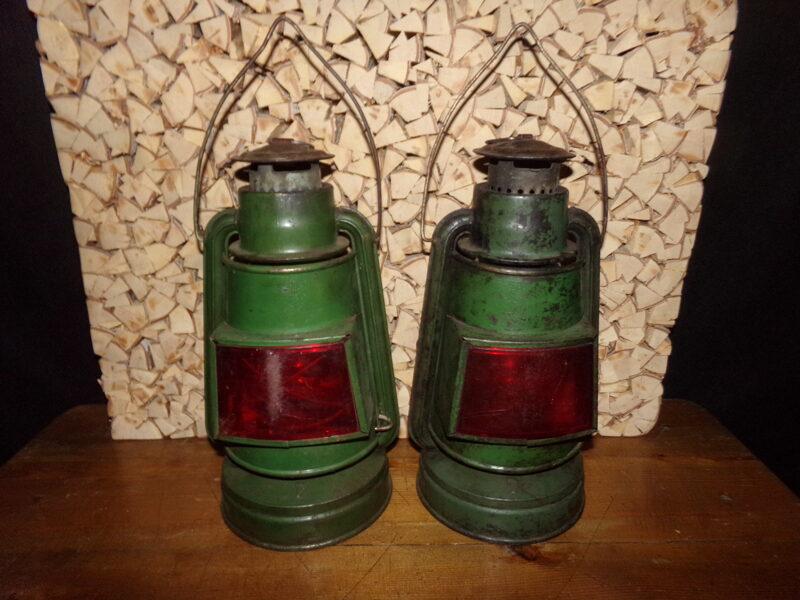 Divi petrolejas signāl-lukturi
