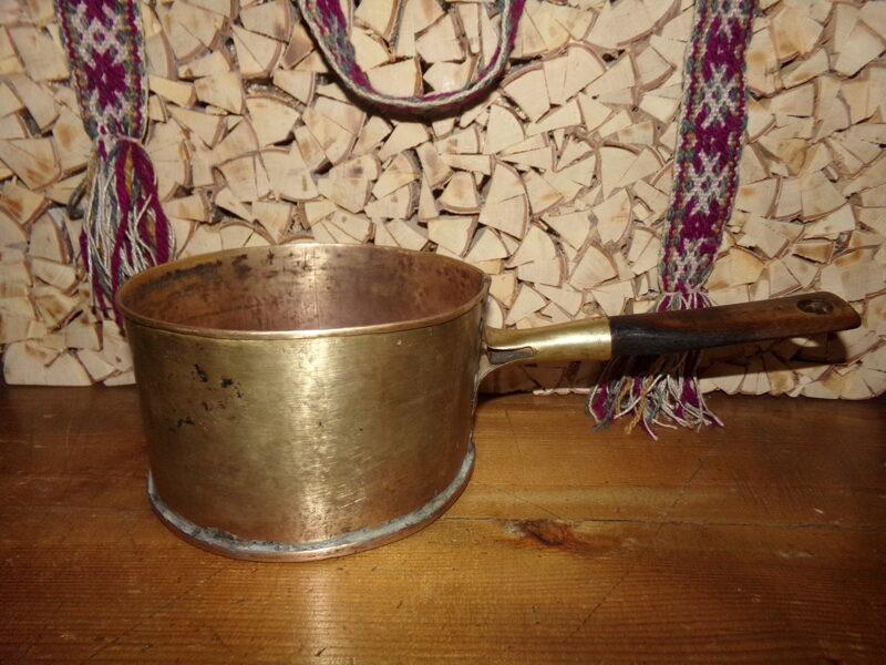 Ковшик из латуни с деревянной ручкой.
