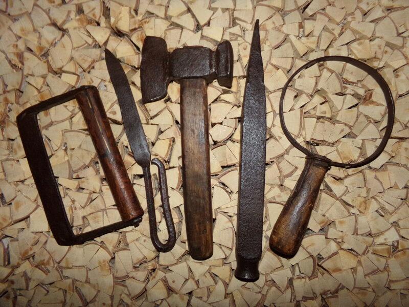 Pieci senlaicīgi instrumenti.