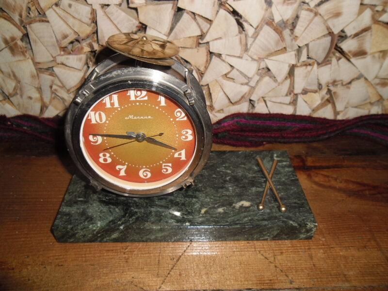 Настольные часы-будильник в виде барабана на мраморной подставке. СССР. 1970-тые года.