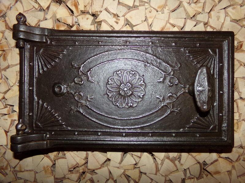 Nr 5. Krāsns durvis ar ornamentu.