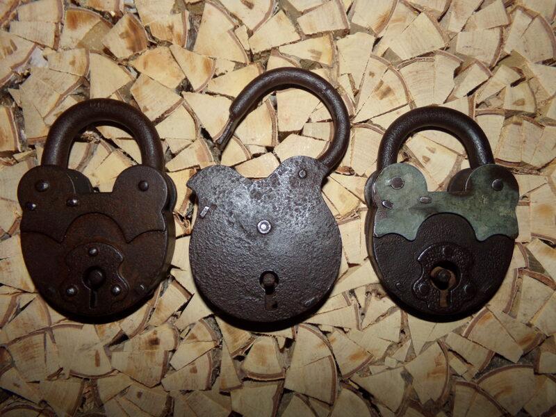 Три навесных кованных замка.