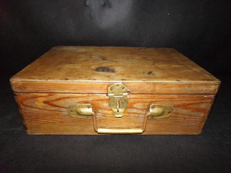 Деревянный чемодан с медной ручкой.