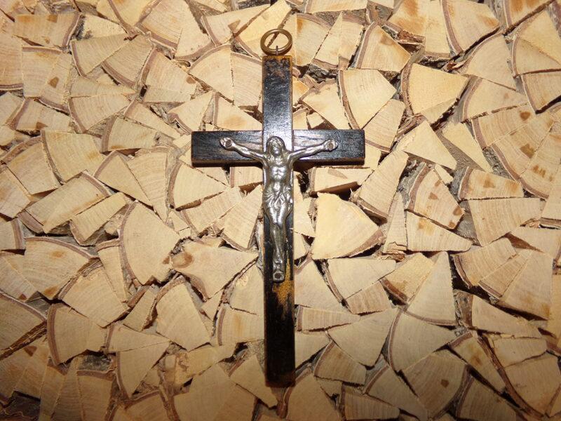Настенное распятие. Металлическая фигурка на деревянном кресте. Начало 20 века.
